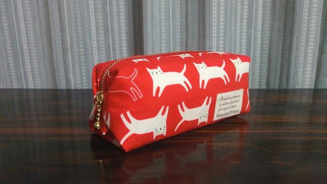 キャラメル仕立ての猫柄ペンケース・赤