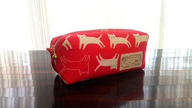 キャラメル仕立ての猫柄ペンケース・赤 タブが上向き
