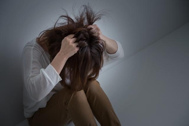 悩み苦しむ女性