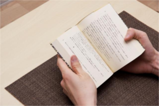 本を読む人の手