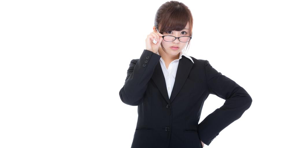 女性の眼鏡禁止は不適切!
