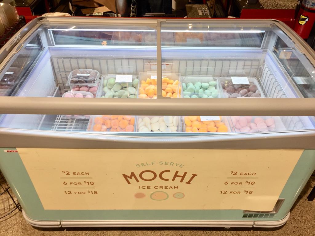 多くのスーパーに設置されている Mochi Bar。好きなフレーバーを選んで買える