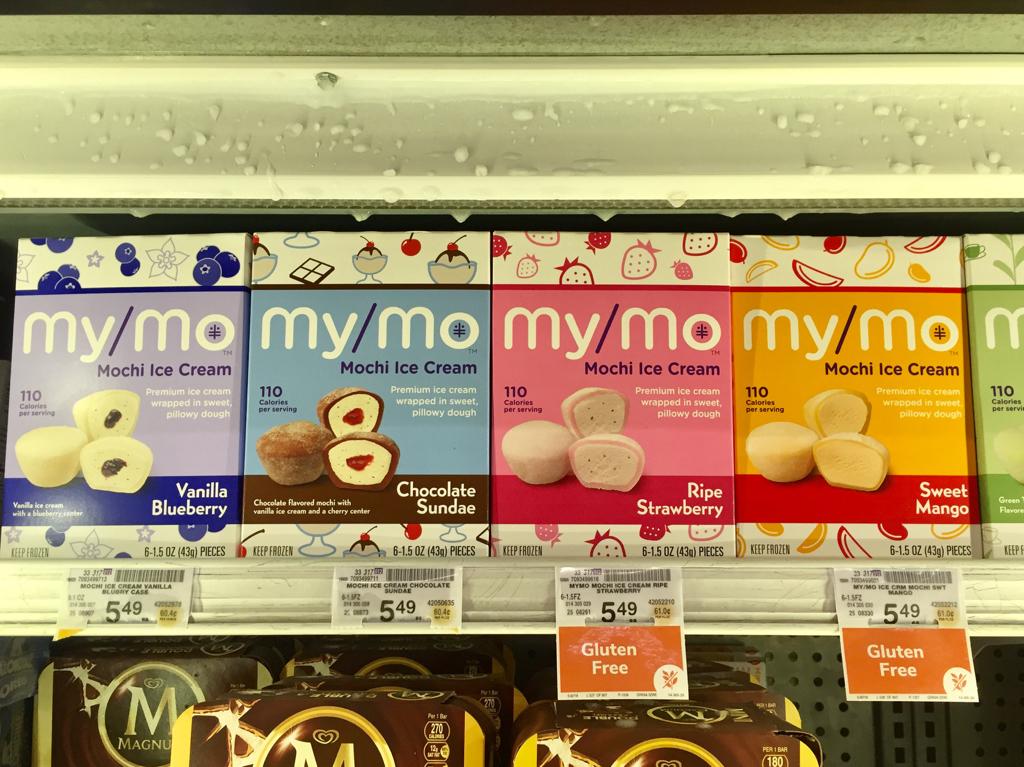 スーパーマーケットのアイスクリームコーナーに並ぶ箱入りの Mochi