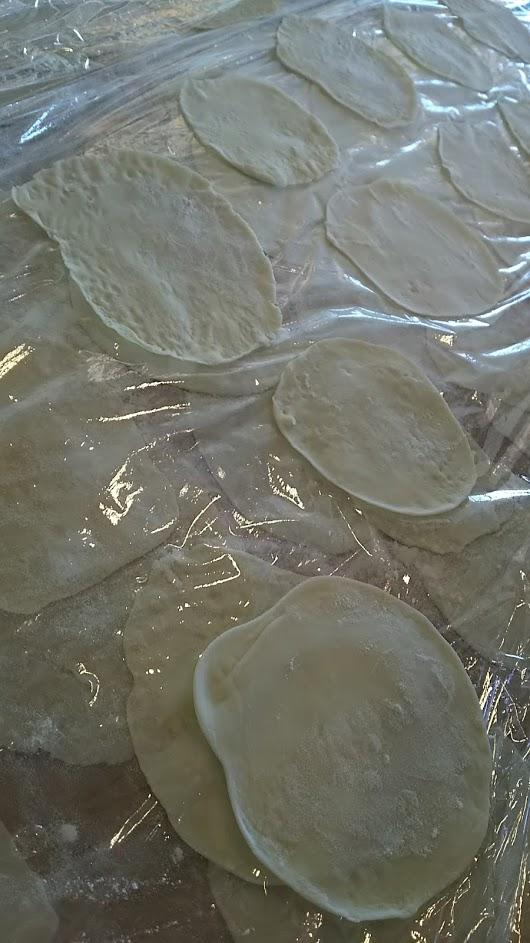 餃子の皮の写真。皮はかなり薄い。
