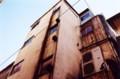 雑居ビルを見上げる