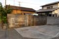 ブロック塀に西日