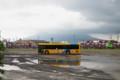 桜島と黄色いバス