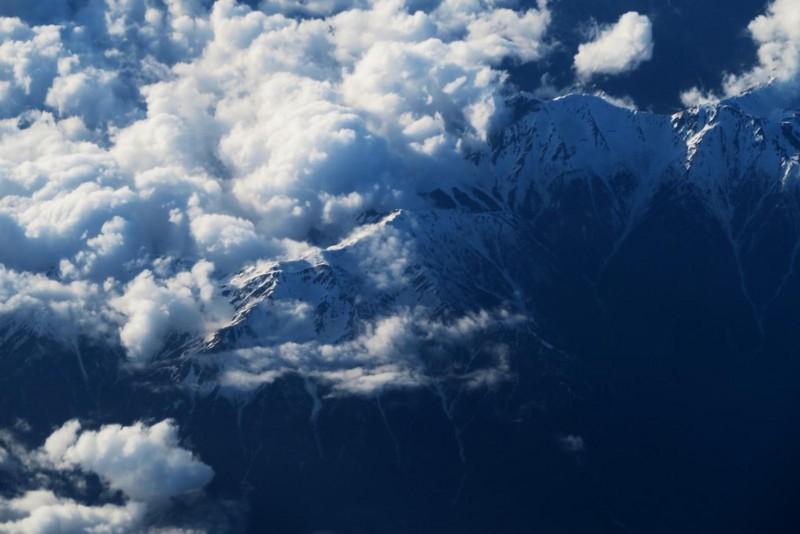 雲間の山陵
