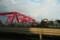 赤い橋と汚れたガードレール