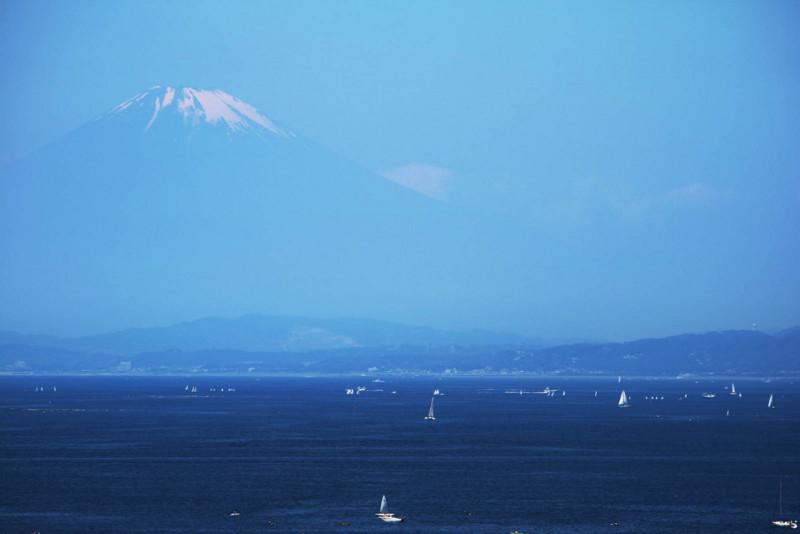 相模湾と、向こうの富士山