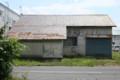 屋根が光る倉庫