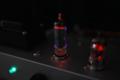 蛍光現象でガラスが青白く光る、真空管 GE 6005W (6AQ5 高信頼管)。