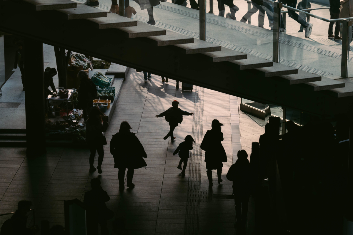 写真:大阪駅の階段下のシルエット