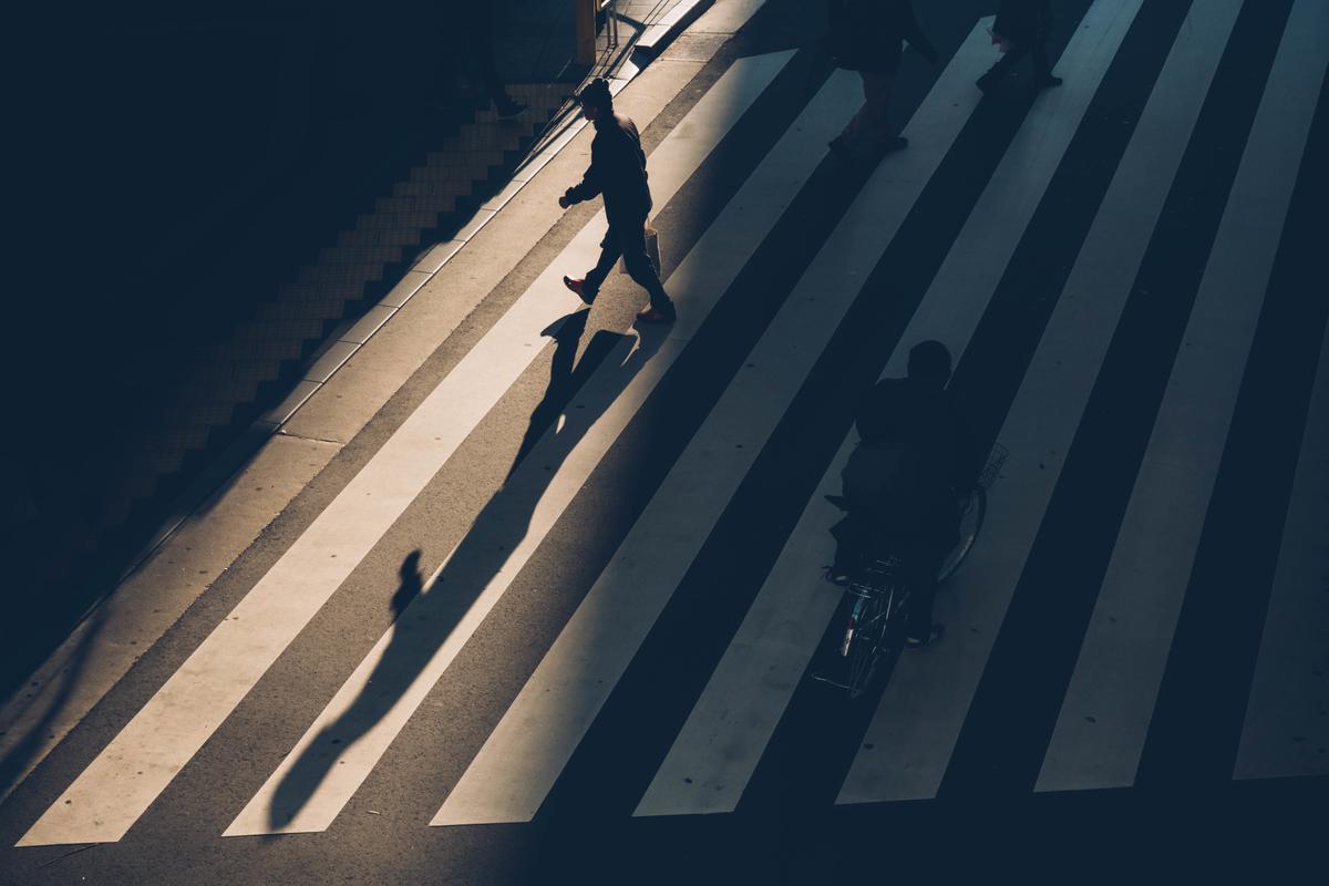 写真:夕日が射す横断歩道