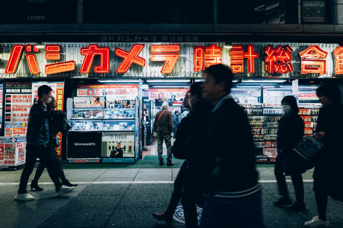 写真:夜のヨドバシカメラ