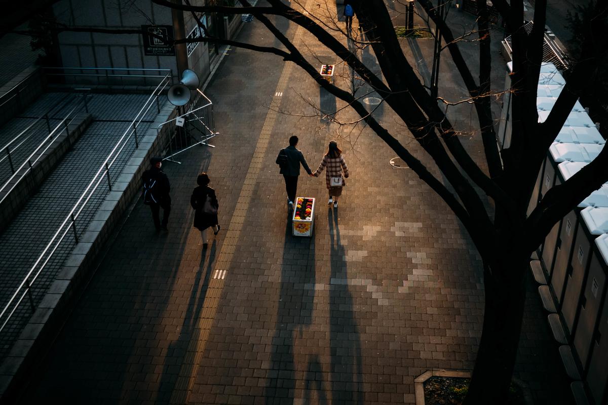 写真:夕方のカップル