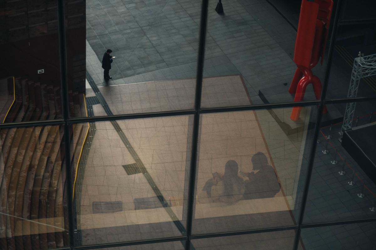 写真:京都駅のガラス張りの壁