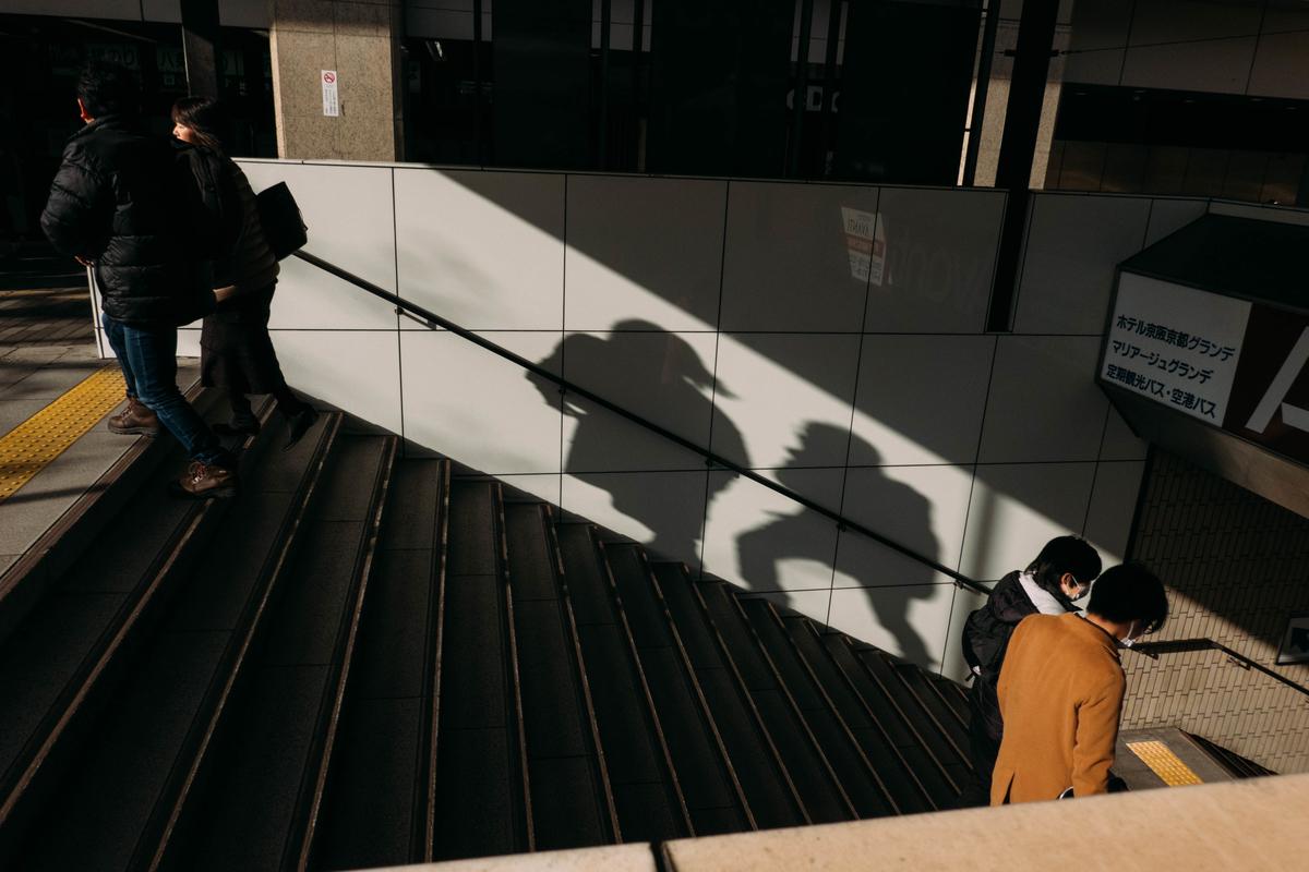 写真:京都駅の階段の影