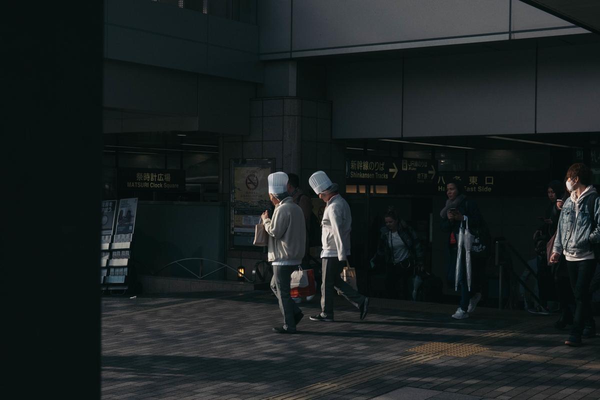 写真:夕方に歩くパン屋の人