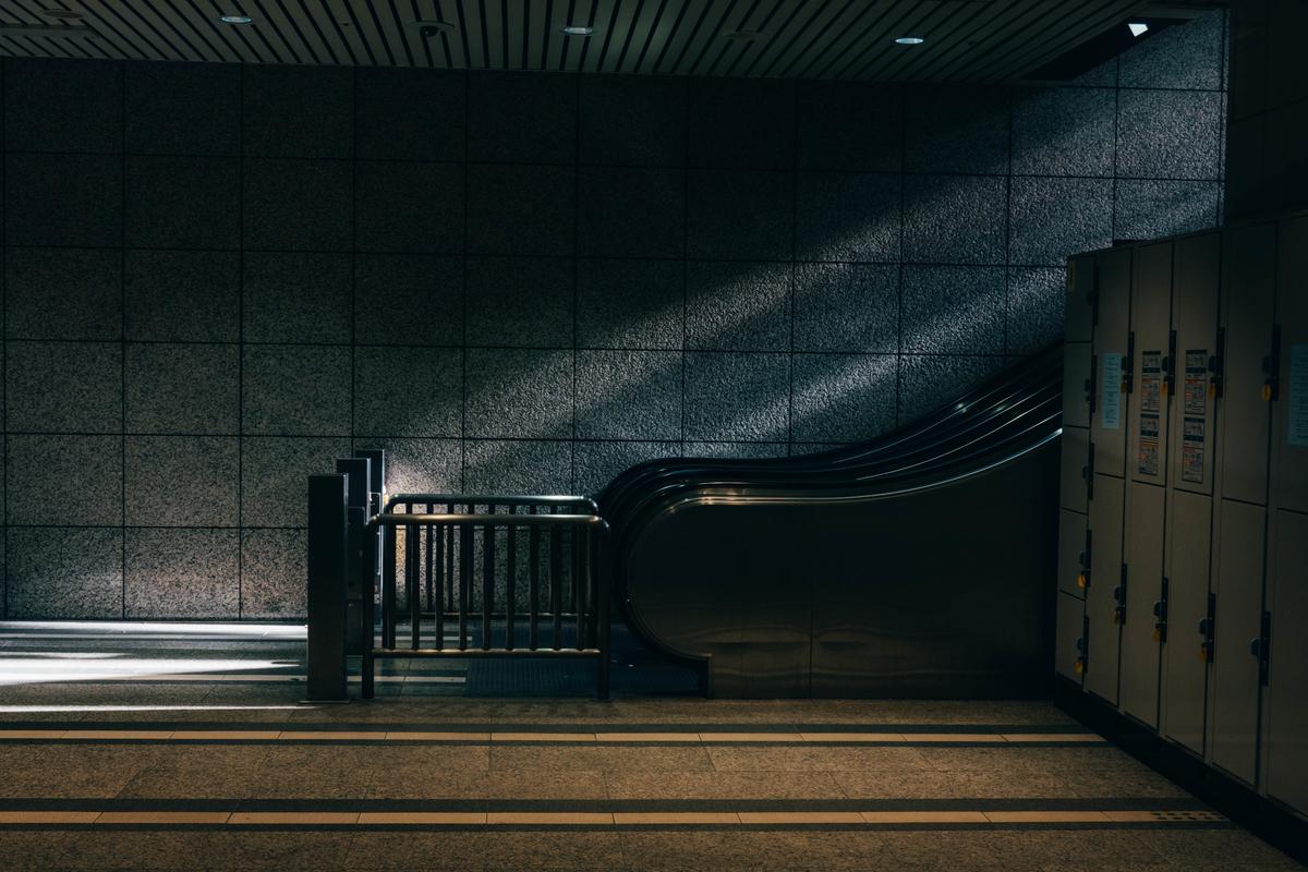 写真:エスカレーターに射す光