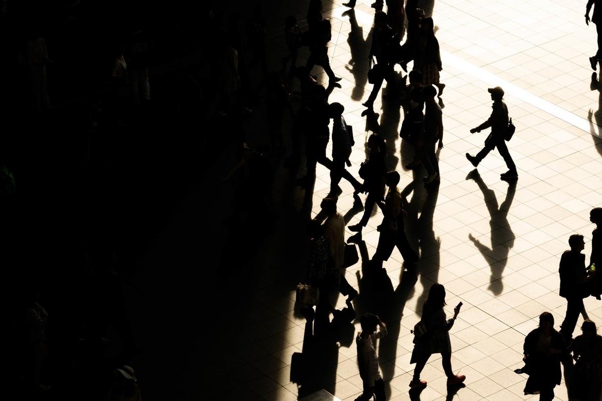 写真:大阪駅の人の影
