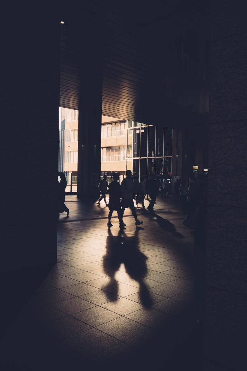 写真:反射の光と人の影