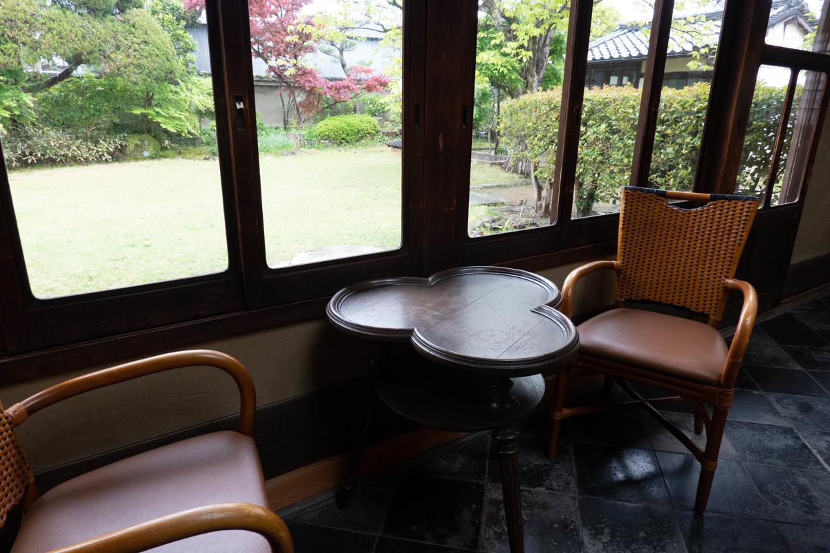 写真:旧志賀直哉邸のこだわりのテーブル