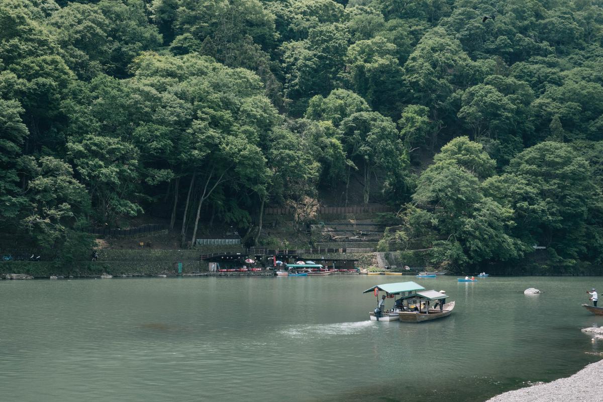 写真:桂川の対岸に見える琴ケ瀬茶屋