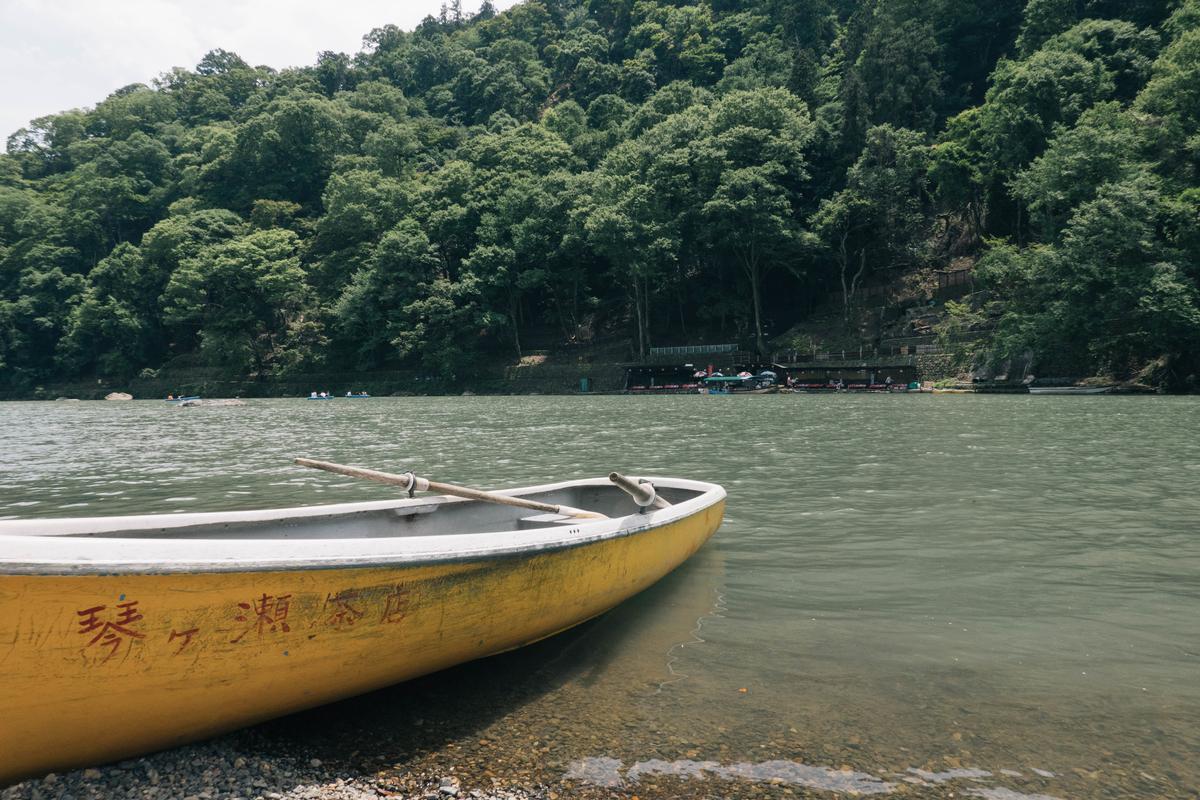 写真:桂川の琴ケ瀬茶屋の手漕ぎボート