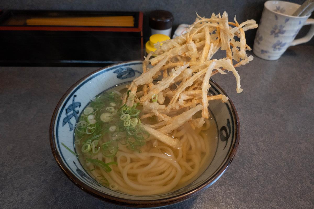 写真:福岡の大助うどんのごぼう天うどん