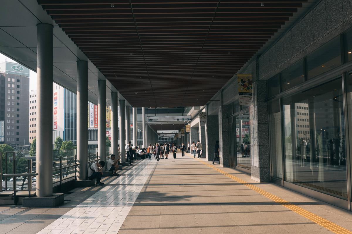 写真:夕方の博多駅の博多口