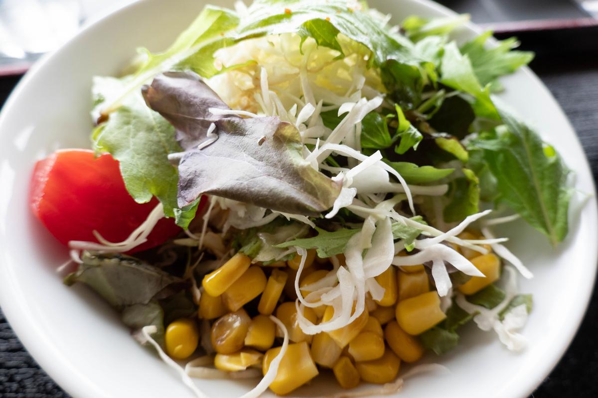 写真:花びら馬刺し丼のセットのサラダ