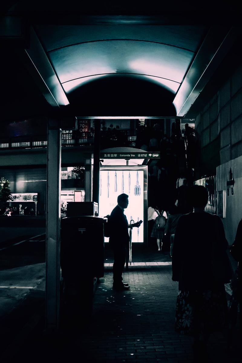 写真:五反田のバス停横のサラリーマン