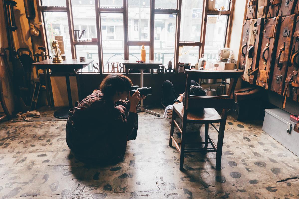 写真:ANTIQUES CAFEでの撮影風景