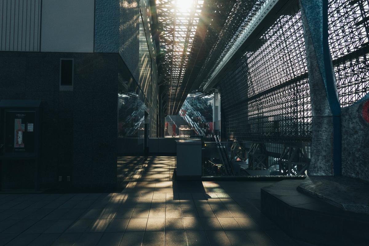 写真:京都駅の天井からの光