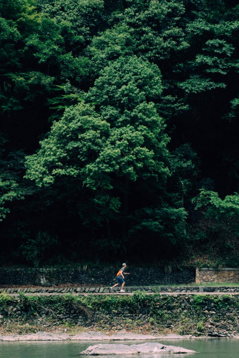 写真:嵐山でスケボーに乗る人
