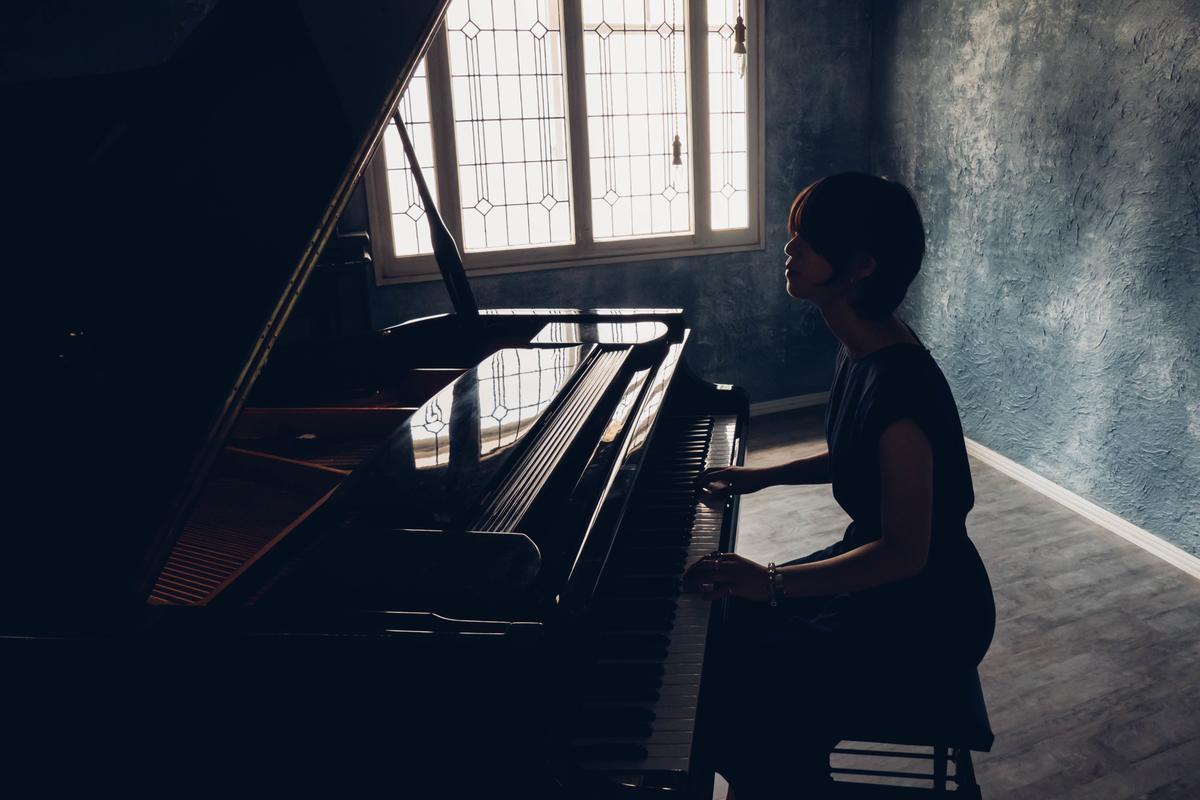 写真:スタジオシエルでピアノを弾く様子