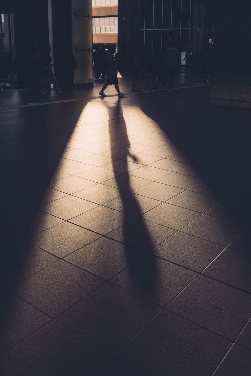 写真:大阪駅の影