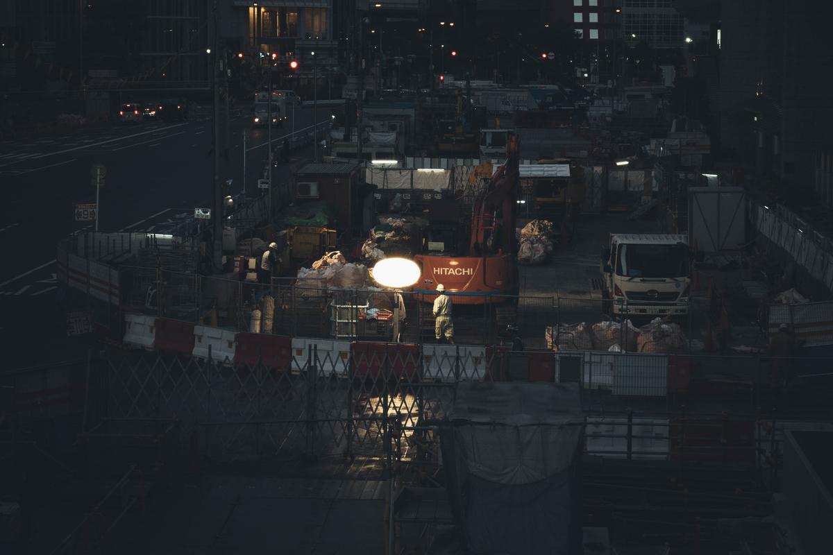 写真:大阪駅前の早朝工事現場