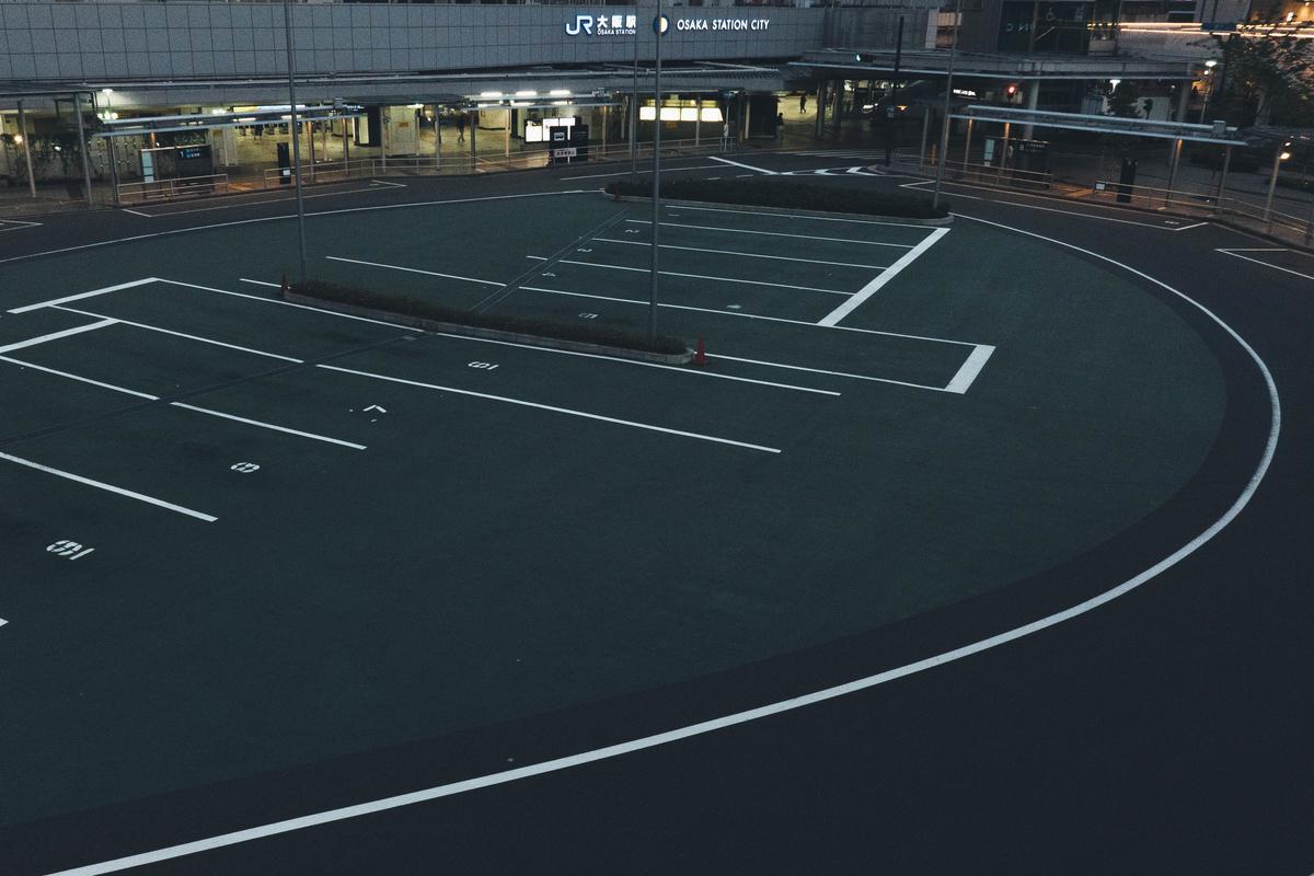写真:早朝の大阪駅のバス待機場