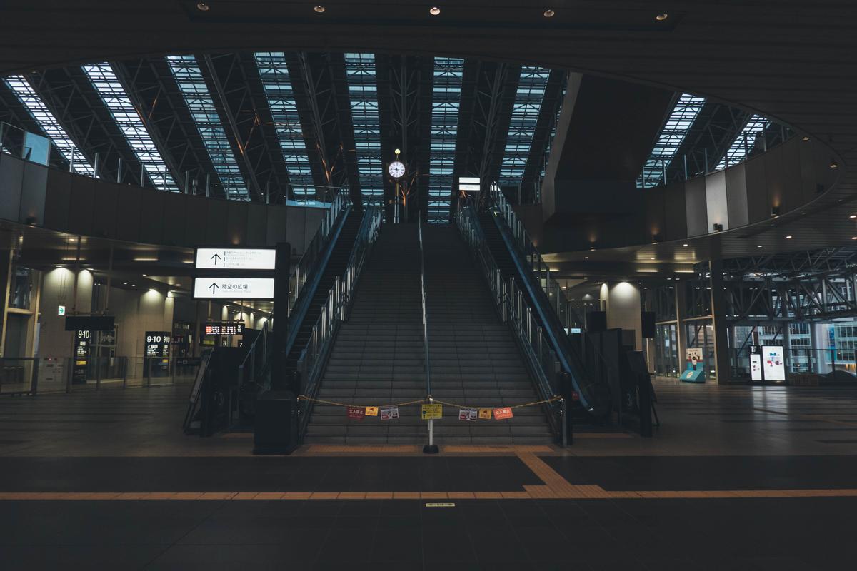 写真:早朝の大阪駅