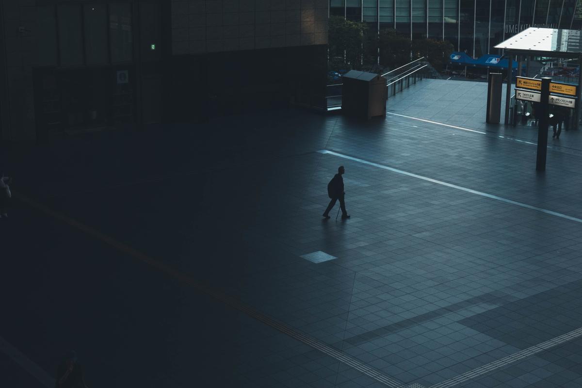 写真:早朝の大阪駅の広場