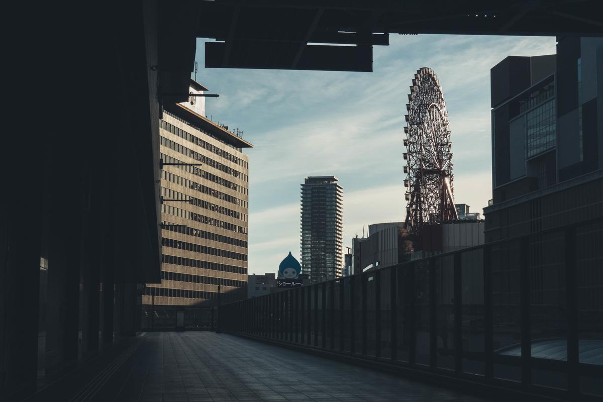 写真:早朝の大阪駅からのHEP観覧車