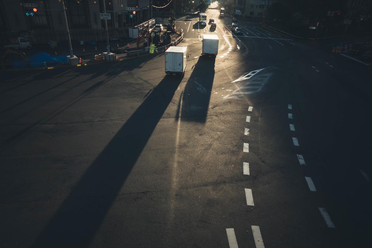 写真:早朝の大阪駅の道路