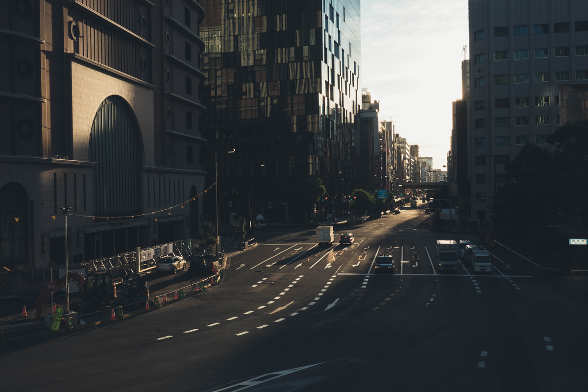 写真:早朝の梅田の道路