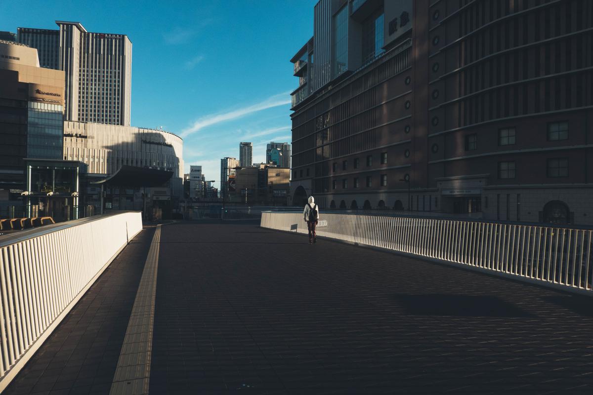 写真:早朝の梅田の歩道橋