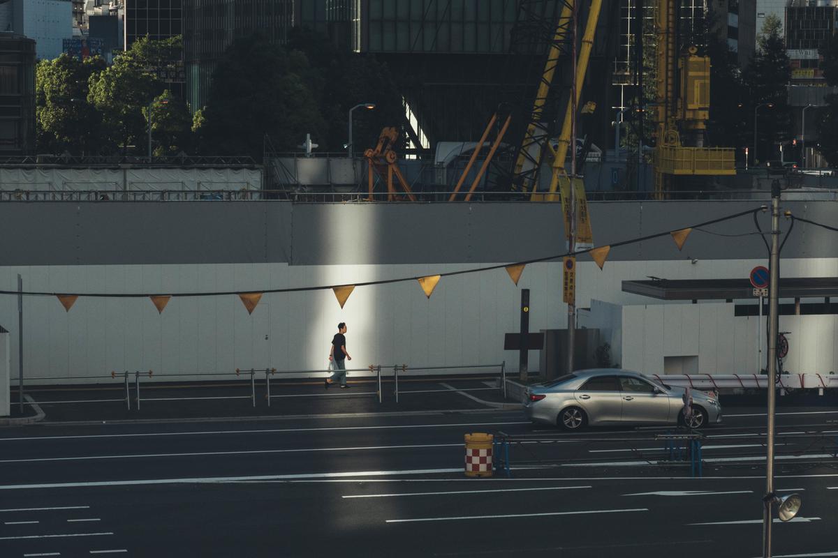 写真:早朝の梅田の光の反射