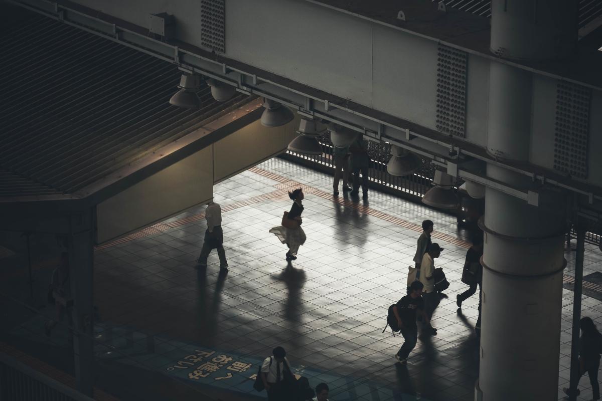 大阪駅急いでる人