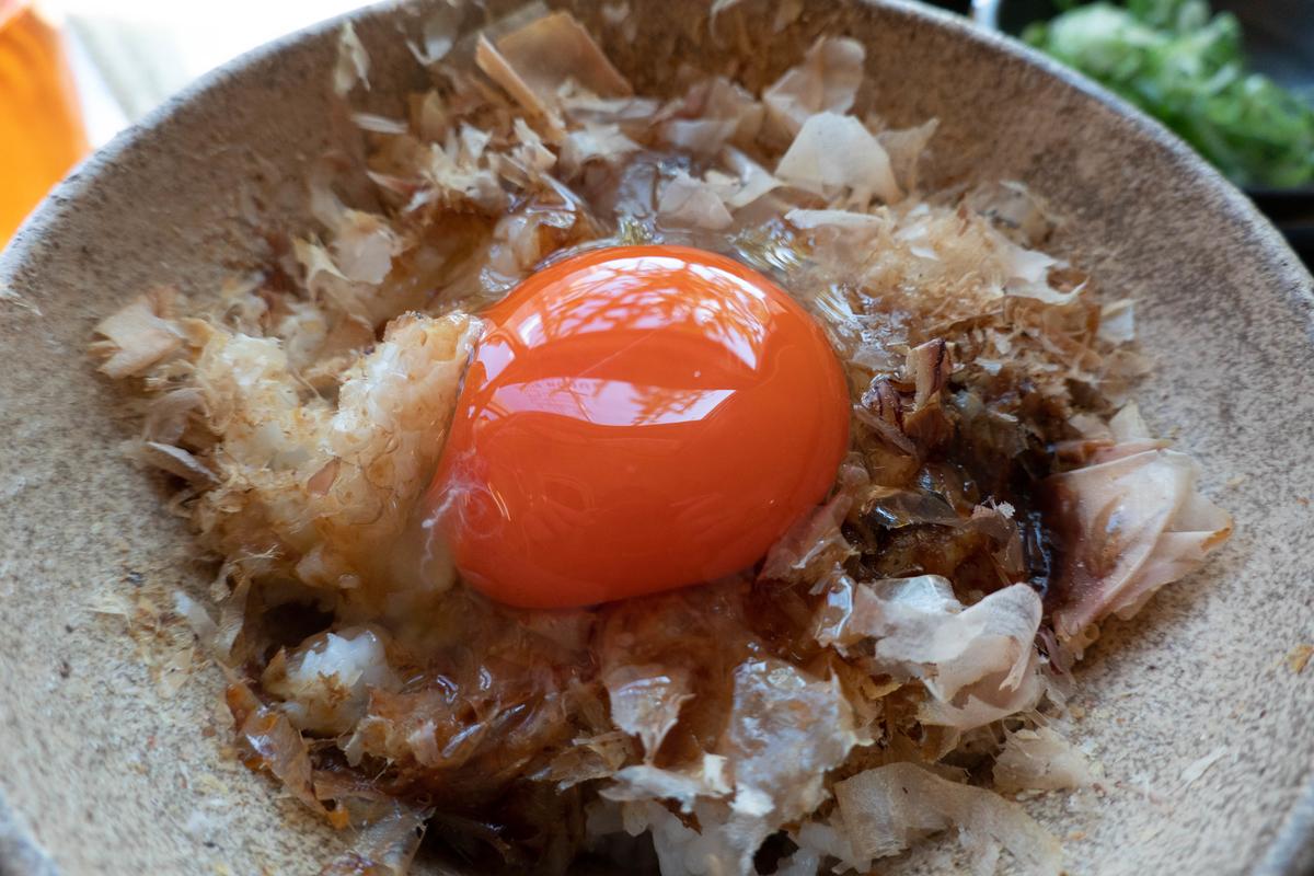 写真・花かつお卵かけご飯