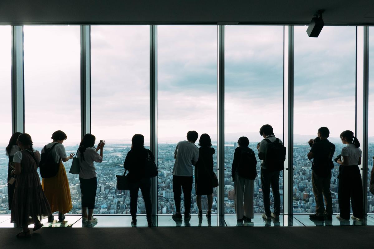 写真:あべのハルカスから景色を見る人たち